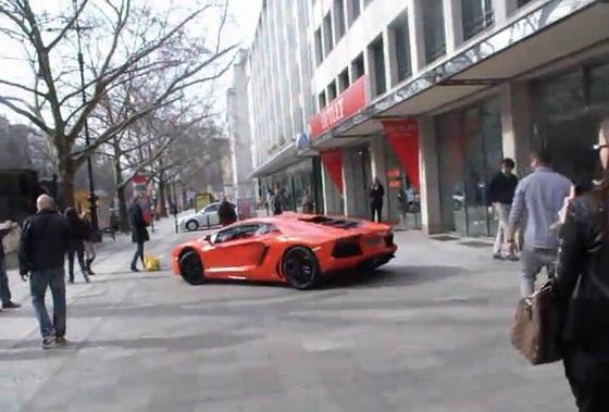Lamborghini-Aventador-Live-Video